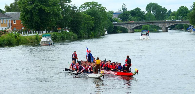 Dragon Boats and spalshing about on the River on Staines-upon-thames day
